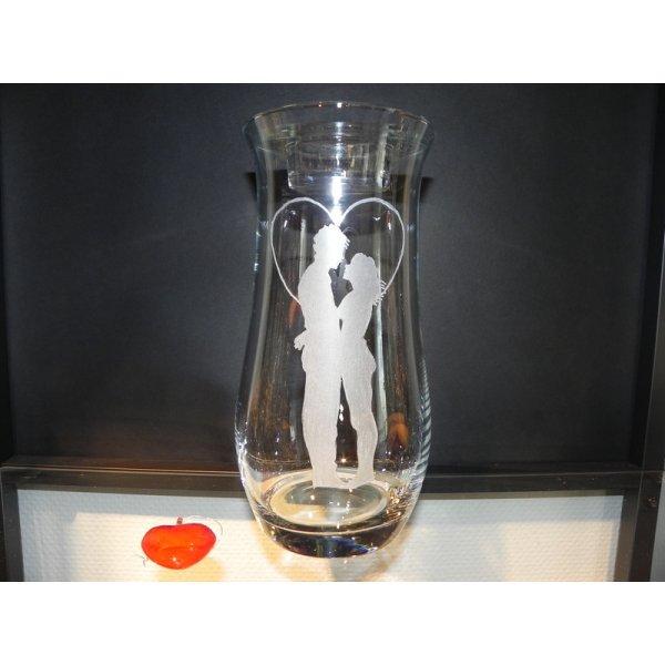 vase med gravering af forelsket par